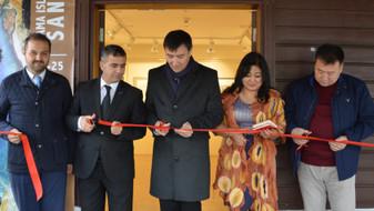 """İstanbul Büyükşehir Belediyesi'nin destekleriyle Kazıbekova'nın """"Cama İşlenen Sanat"""" sergisi Türk Dünyası Kültür Mahallesi'nde açıldı"""