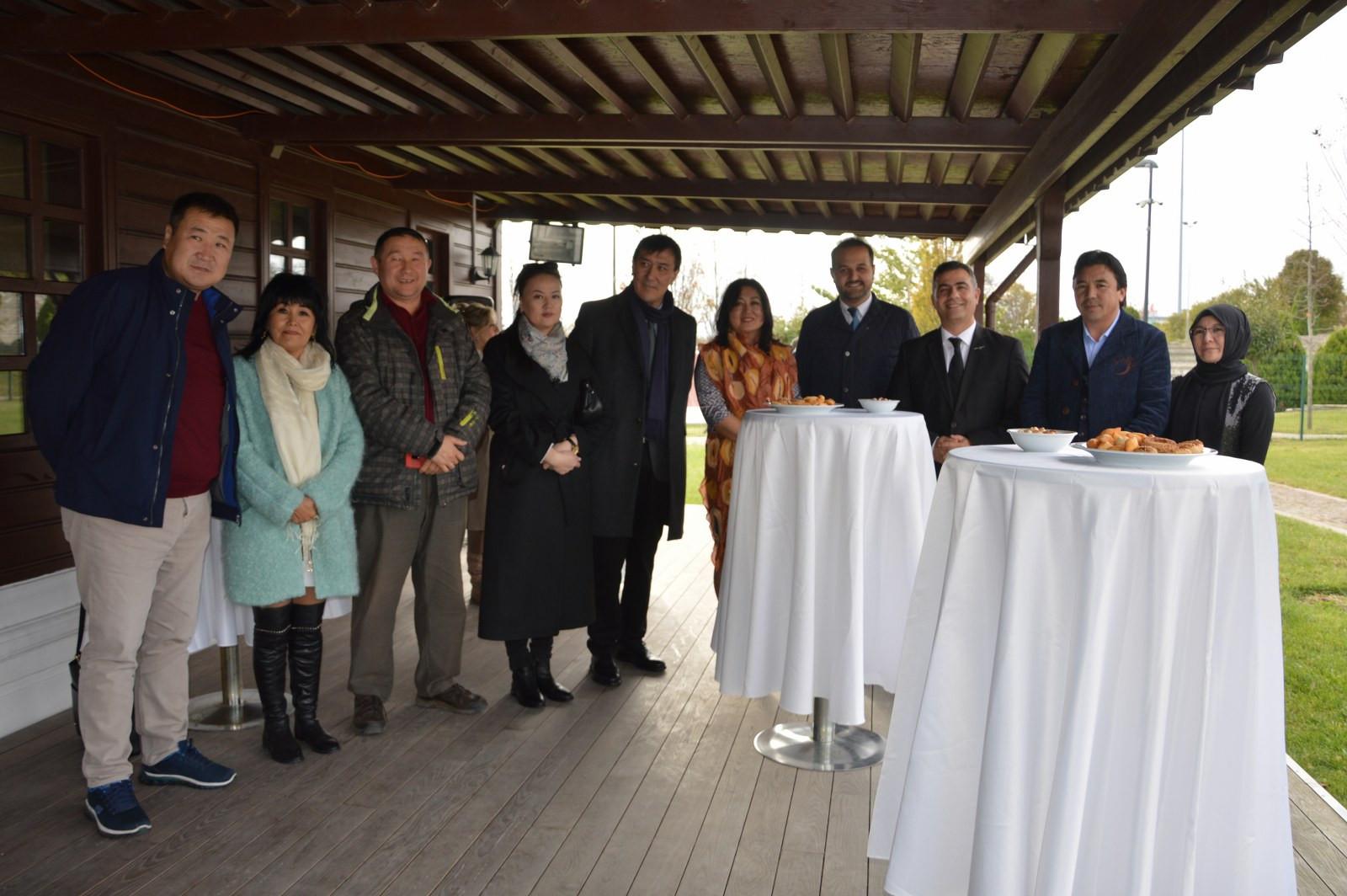 """İstanbul Büyükşehir Belediyesi'nin destekleriyle Kazıbekova'nın """"Cama İşlenen Sanat"""" sergisi Türk Dünyası Kültür Mahallesi'nde açıldı Galeri - 2. Resim"""