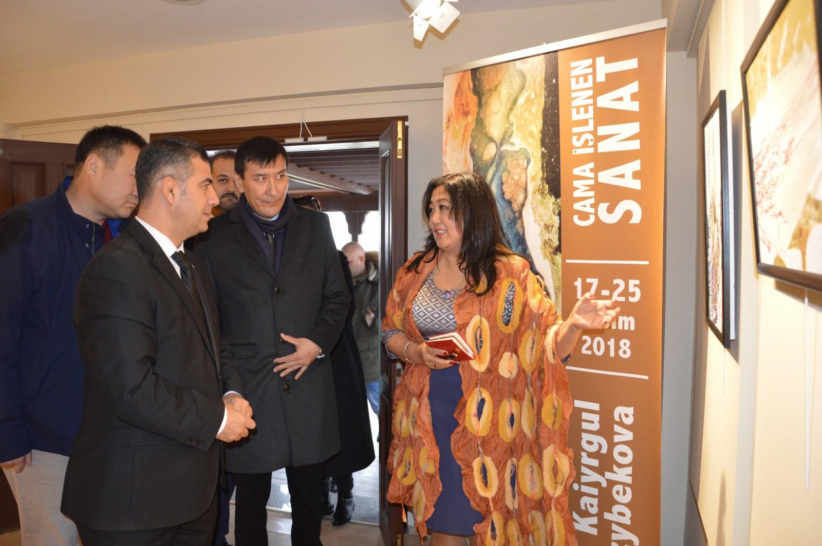 """İstanbul Büyükşehir Belediyesi'nin destekleriyle Kazıbekova'nın """"Cama İşlenen Sanat"""" sergisi Türk Dünyası Kültür Mahallesi'nde açıldı Galeri - 3. Resim"""