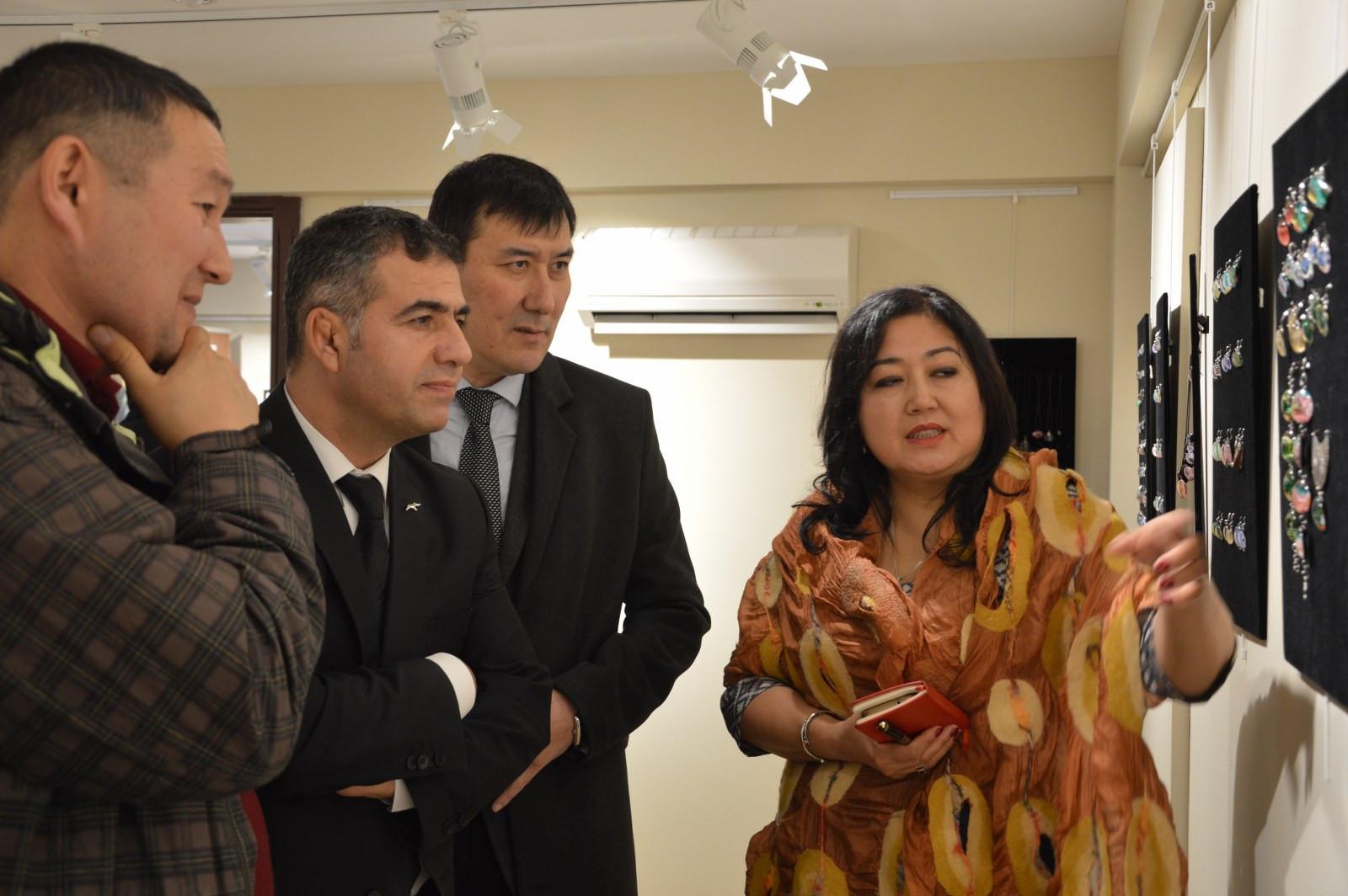 """İstanbul Büyükşehir Belediyesi'nin destekleriyle Kazıbekova'nın """"Cama İşlenen Sanat"""" sergisi Türk Dünyası Kültür Mahallesi'nde açıldı Galeri - 5. Resim"""