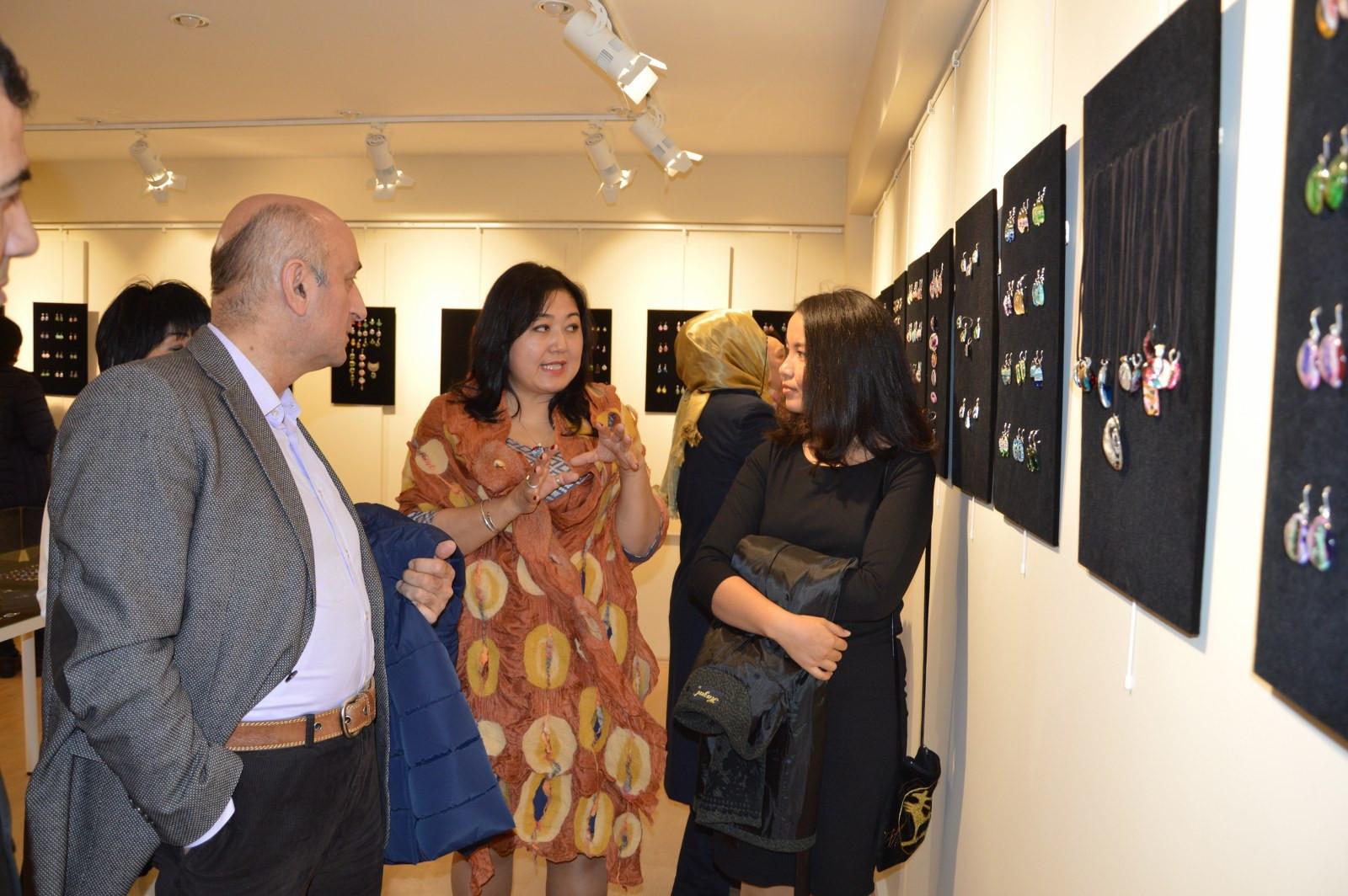 """İstanbul Büyükşehir Belediyesi'nin destekleriyle Kazıbekova'nın """"Cama İşlenen Sanat"""" sergisi Türk Dünyası Kültür Mahallesi'nde açıldı Galeri - 7. Resim"""