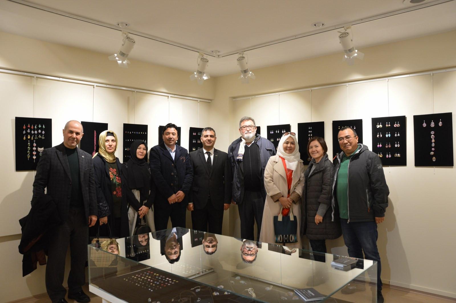 """İstanbul Büyükşehir Belediyesi'nin destekleriyle Kazıbekova'nın """"Cama İşlenen Sanat"""" sergisi Türk Dünyası Kültür Mahallesi'nde açıldı Galeri - 9. Resim"""